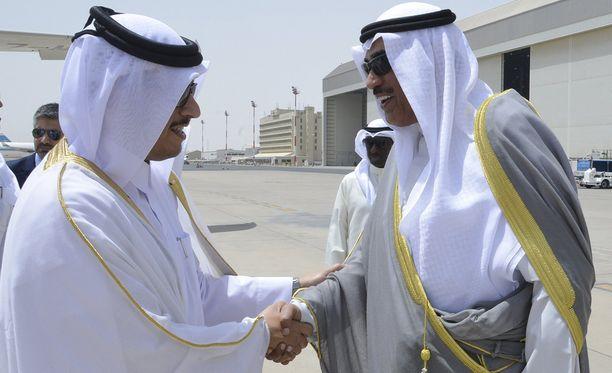 Qatarin ulkoministeri Mohammed bin Abdulrahman Al Thani antoi maan virallisen vastauskirjeen Kuwaitin ulkoministeri sheikki Sabah al-Khalid al-Sabahille.