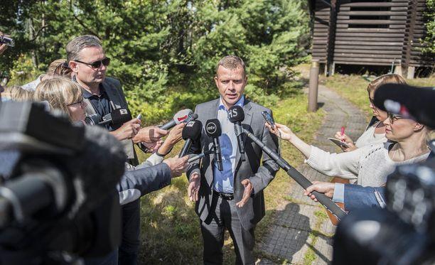 Valtiovarainministeri Petteri Orpo (kok) vastasi toimittajien kysymyksiin tiistaina Espoon Moisniemessä, jossa valtiovarainministeriön virkamiesjohto laati Orpon johdolla VM:n esitystä valtion ensi vuoden budjetiksi.