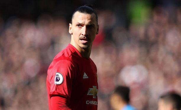 Zlatan Ibrahimovic sai pannaa kyynärpääiskustaan.