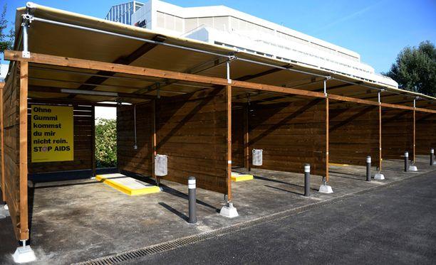 Autotallimaisissa drive-in-kopeissa on katot ja seinät yksityisyyden säilyttämiseksi.
