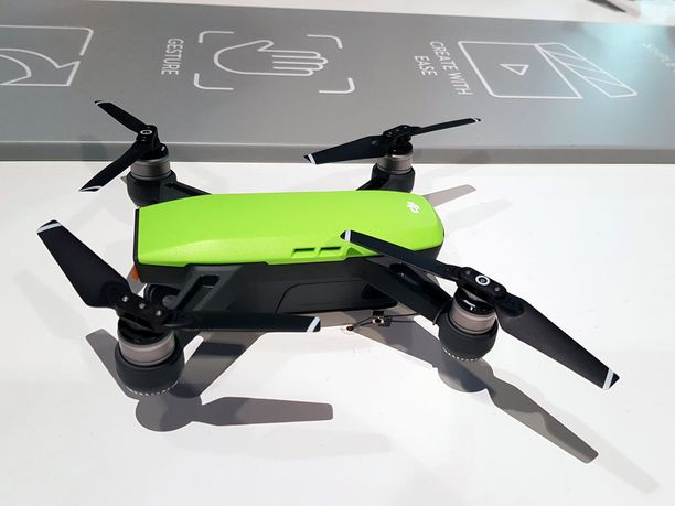 Spark on varustettu Full HD -kameralla, jossa on laajakuvalinssi. Lennokilla voi lentää 50 kilometrin tuntinopeudella ja sen akku kestää yhdellä latauksella 16 minuuttia.
