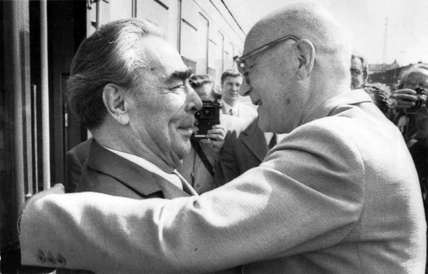 Kekkosen henkilääkäri ohjeisti Kekkosen adjutanttia vuoden 1975 Etyk-kokouksen yhteydessä, ettei presidentti saa käyttää piristyspillereitä kello 15 jälkeen. Kuvassa Kekkonen halaa Etykiin saapunutta Leonid Brežneviä Helsingin rautatieasemalla.