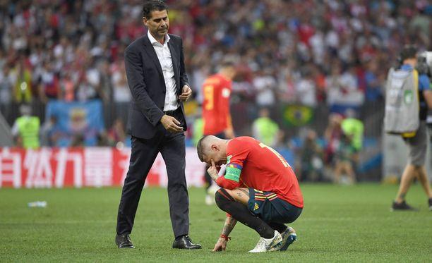 Päävalmentaja Fernando Hierro tuli auttamaan kapteeniaan kyykystä.