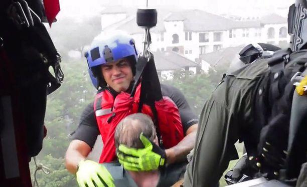Ihmisiä on pelastettu saarroksiin joutuneista kodeistaan helikoptereilla.