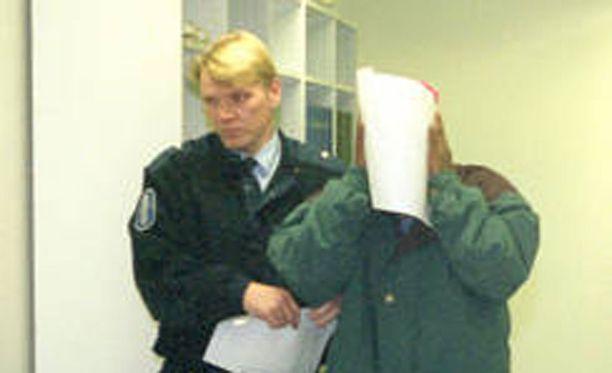 Abdiqadir Osama Hussein on istunut Suomessa 20 vuotta vankilassa murhasta, raiskauksesta ja lapsen seksuaalisesta hyväksikäytöstä. Kuva Tampereen oikeustalolta vuodelta 1995.