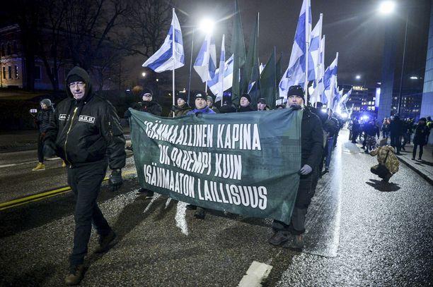 Uusnatsit osallistuivat Soldiers of Odinin järjestämään Turvallinen Suomi takaisin -kulkueeseen.