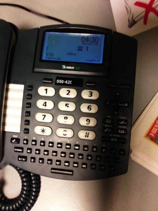 Tämän salakuuntelulaitteeksi epäillyn puhelimen asianajaja ehti kuvata ennen kuin kuulustelija ilmestyi huoneeseen.