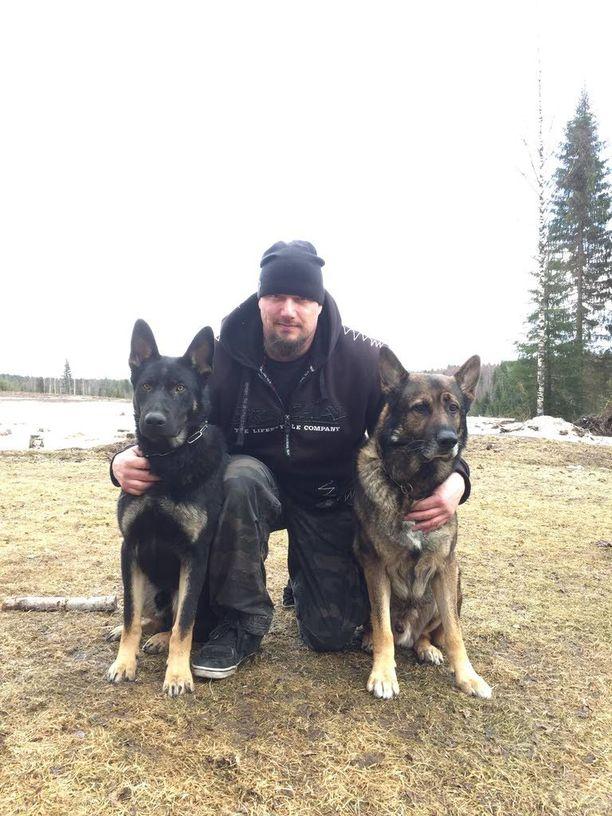 Jukka Hurtta ja hänen ohjaamansa poliisikoirat Raimo ja Eddie.