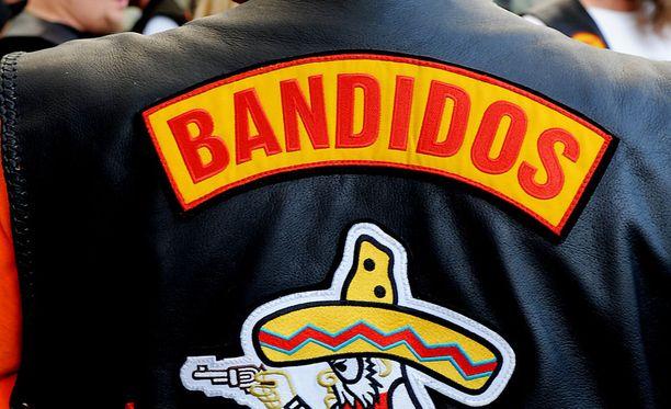 Aftonbladetin mukaan mies on Bandidosin Tampereen-osaston johtaja. Hän on ollut etsintäkuulutettu viime syksystä alkaen epäiltynä vakavista huumausainerikoksista.