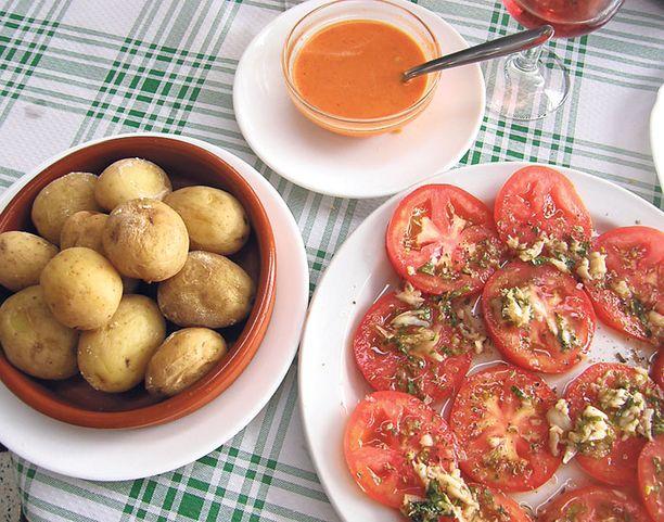 Gran Canarian erikoisuus eli ryppyperunat ja mojo-kastike maistuvat auringon kypsyttämän tomaatin kanssa.