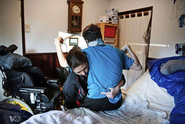 Annelin perheessä eletään päivä kerrallaan Markon voinnin sekä taudin asettamien hoitotoimien ehdoilla. Tulevan päivän kulkua ei voi ennustaa eikä tulevaisuutta kannata liiemmin suunnitella. Joka aamu Anneli pesee, lääkitsee ja pukee poikansa. Ennen pyörätuoliin siirtämistä Anneli vielä vetreyttää Markon jäseniä pienillä jumppaliikkeillä.
