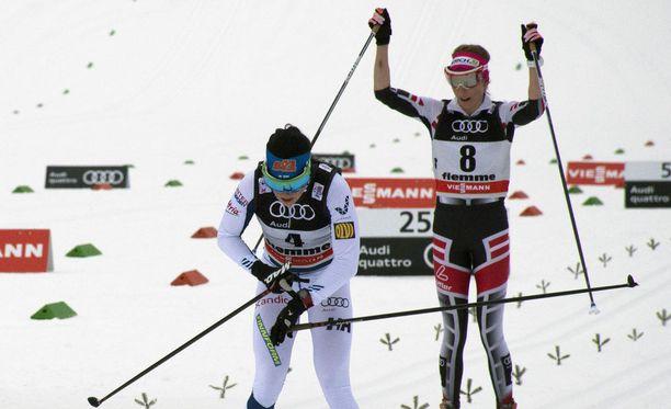 Krista Pärmäkoski painoi maalilinja ylitettyään sykemittarinsa pois päältä. Takana tuulettaa kolmanneksi lauantaina tullut Teresa Stadlober.