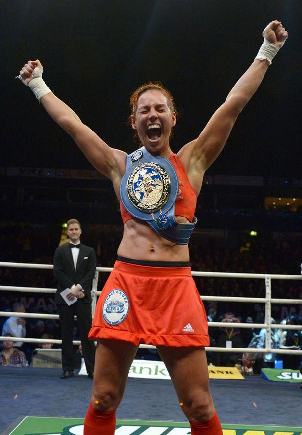 Eva Wahlström tuuletti villisti voiton ratkettua.