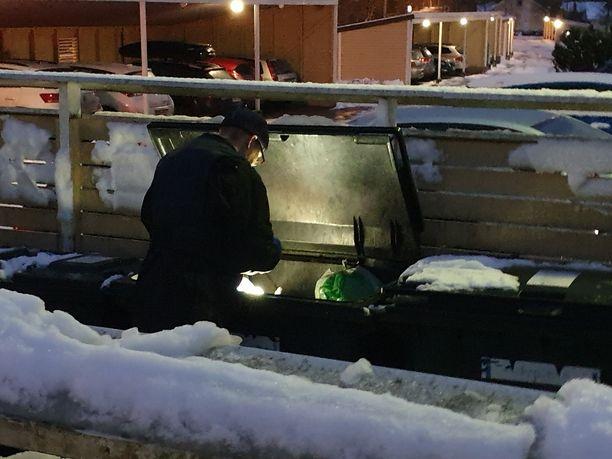 Poliisi tutki rikospaikan läheisyydessä sijaitsevia roskalaatikoita tiistaina iltapäivällä.