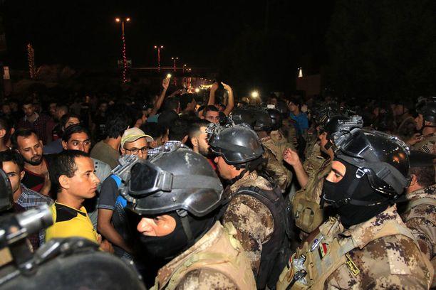 Levottomuudet ovat levinneet eri puolille Irakia. Kuvassa mielenosoittajien ja turvallisuusjoukkojen yhteenottoa Karbalassa heinäkuussa.