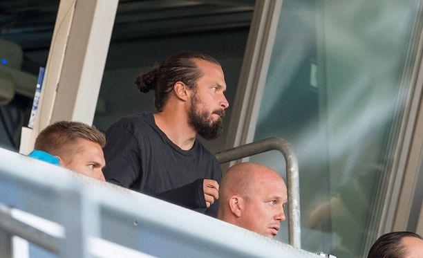 HIFK:n Jukka Halme katseli punaista RoPS-ottelussa.