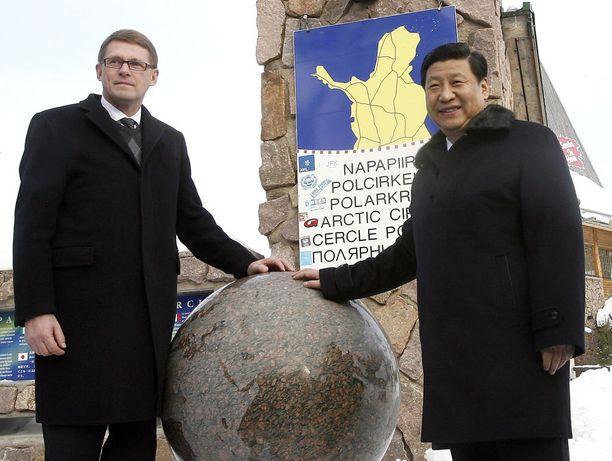 Pääministeri Matti Vanhanen poseerasi taannoin Kiinan Xin kanssa napapiirillä.