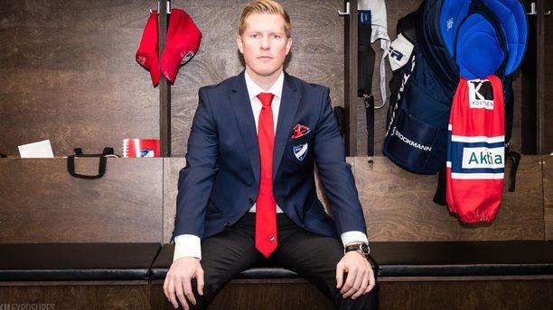 Tobias Salmelainen ei karta pukukoppiin astumista ja joukkueen eteen menemistä, mutta hän haluaa myös taata pelaajille työrauhan.