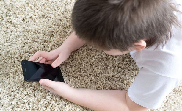 Monessa lastensuojelulaitoksessa lapsilla oli rajoituksia oman puhelimen käytössä tai siinä, kenelle he saivat soittaa. Kuvituskuva.