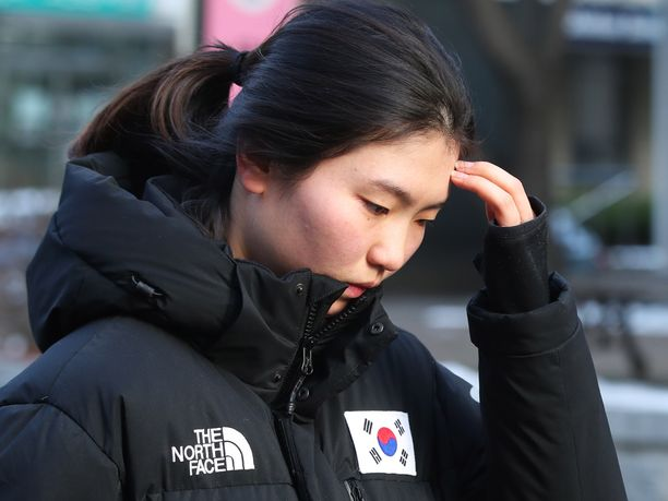 Kaukalopikaluistelun kaksinkertainen olympiavoittaja Suk-hee Shim, 21, todisti viime vuonna entistä valmentajaansa vastaan oikeudessa. Shim kertoi ex-valmentajansa hakanneen ja raiskanneen hänet monta kertaa.