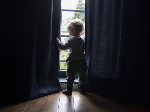 Koronavirusepidemian aiheuttamien poikkeusolojen vaikutus lastensuojeluilmoitusten määrään ei ole vielä selvillä. Kuvituskuva.
