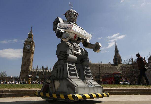 """Valistuskampanjan """"tappajarobotti"""" parlamenttitalon edustalla Lontoossa vuonna 2013."""