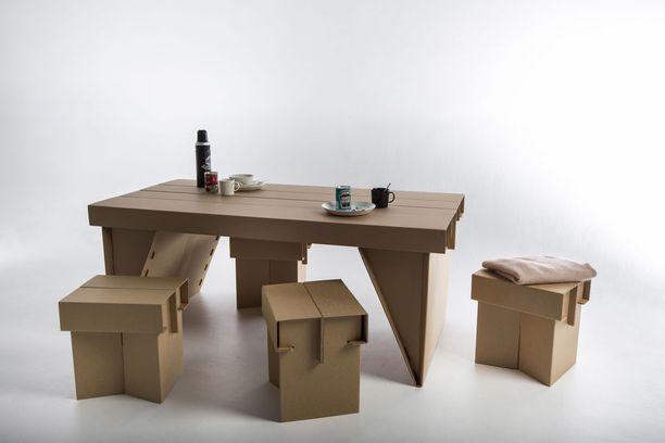 Kuvassa Rosa-Maria Tolvasen jakkarat ja pöytä.