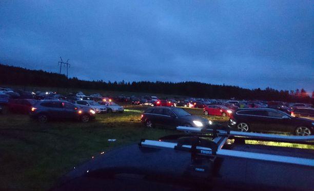 Osa autoilijoista joutui odottamaan parkkialueelta pois pääsemistä yötä myöden.