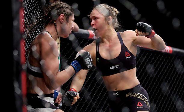 Ronda Rousey (oikealla) tarvitsi vain 34 sekuntia tyrmätäkseen Bethe Correian.