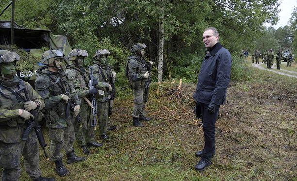 Suomen puolustusministeri Jussi Niinistö tarkasti suomalaisjoukkoja Gotlannissa 19. syyskuuta.