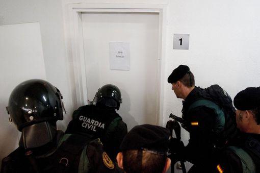 Espanjan poliisi ratsaa äänestyspaikkoja ja pyrkii takavarikoimaan vaaliuurnat.