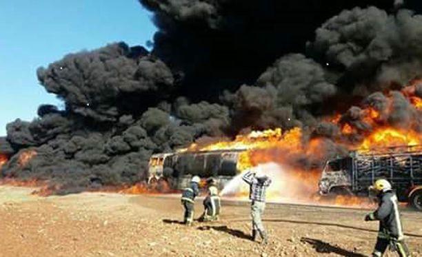 Syyrialaisen liikemiehen Mazen Iltalehdelle lähettämä kuva sen jälkeen, kun pommi iski rekkoihin Syyriassa. Mazen syyttää Venäjää humanitaaristen rekkojen pommittamisesta Syyriassa Aleppon kaupungin pohjoispuolella.