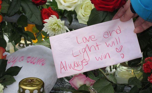Turun puukotuksen uhreja muistettiin kukin, kynttilöin ja rohkaisevin viestein elokuussa 2017.
