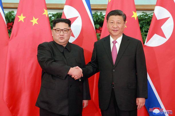Pohjos-Korean johtaja Kim Jong-un (vasemmalla) ja Kiinan presidentti Xi Jinping tapasivat vastikään. Arkistokuva toukokuulta.