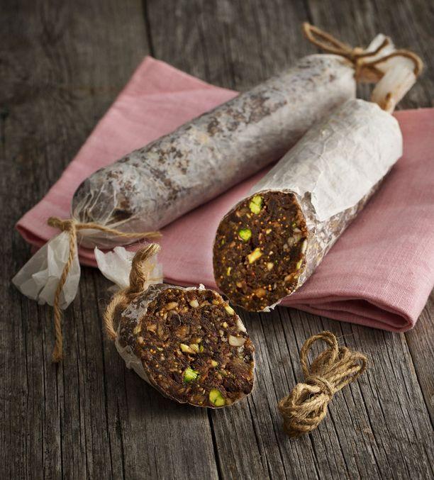 Suklaasalamin sisällä on pähkinöitä ja kuivattuja hedelmiä.