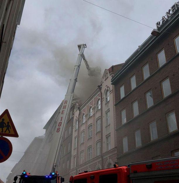 Tulipalo herätti huomiota Helsingin keskustassa perjantaina.