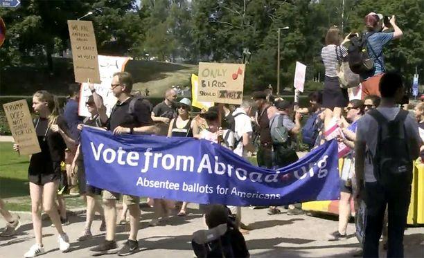 Mielenosoituksessa on runsaasti Donald Trumpia kritisoivia banderolleja.