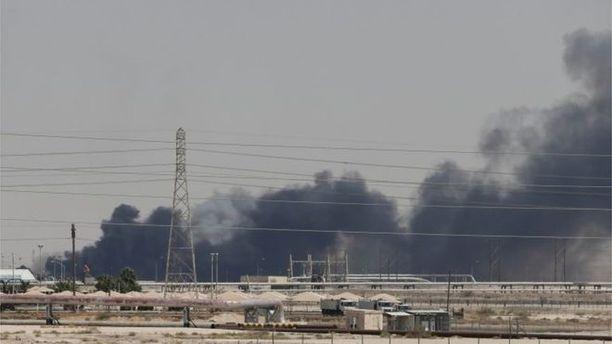 Saudi-Arabian valtion öljy-yhtiön tuotantolaitoksella Abqaiqissa näkyy savua.