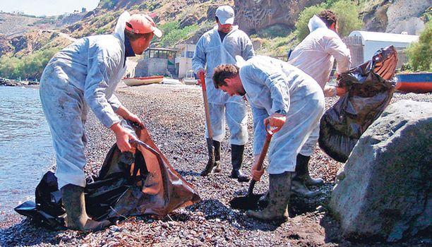 TUHO Sea Diamondista valuneita öljylitroja siivottiin Santorinin kaakkoisrannalla reilu viikko turman jälkeen.