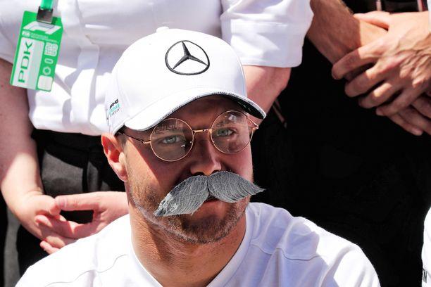 """Valtteri Bottas otti mallia """"tohtori Z:n"""" tyylistä."""