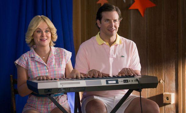 Amy Poehler ja Bradley Cooper uudessa Wet Hot American Summer: First Day of Camp -minisarjassa.