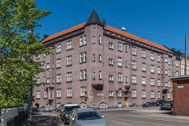 Katajanokalla vuonna 1904 valmistuneessa Jugendlinnassa on myynnissä harvinaislaatuinen kulmahuoneisto.