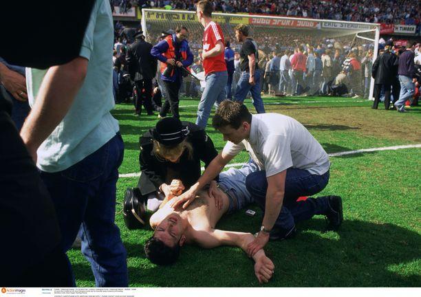 Loukkaantunutta uhria autettiin Hillsborough'n stadionin viheriöllä 15.4.1989.