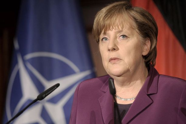 Angela Merkeliä arvostellaan rajusti eurolainojen myöntämisestä.