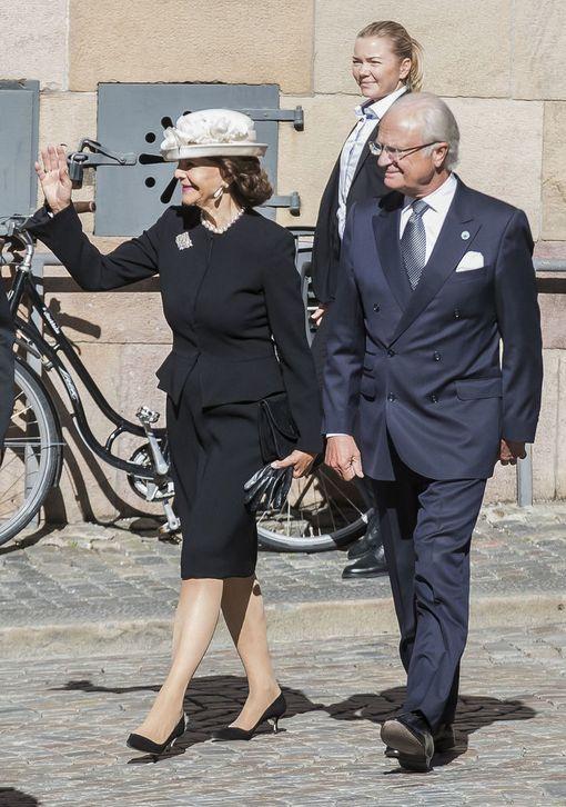 Kuningatar Silvia ja kuningas Kaarle XVI pysähtyivät vilkuttelemaan kameroille ja ihmisille.