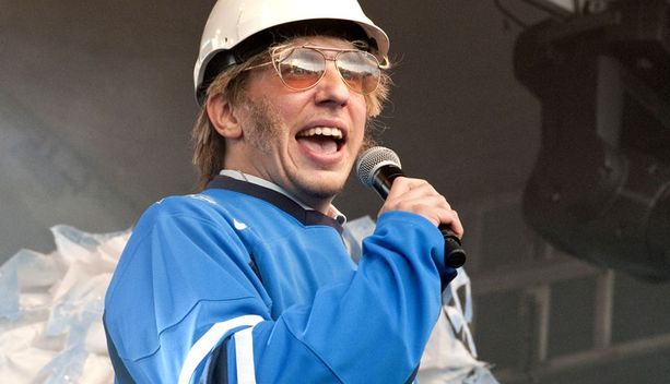 VAUHDIKAS JUONTAJA Valvova rakennusmestari Timo Harjakainen juonsi Leijonat lavalle Kauppatorin juhlassa.