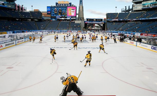 Talviklassikon alla pelattiin lämmittelyottelu, jossa kohtasivat naisten joukkueet Boston Pride ja Les Canadiennes.