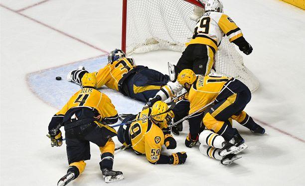 Pekka Rinne torjui Nashvillen 4-1-voittoon Penguinsista. Finaalisarja on tasan 2-2.