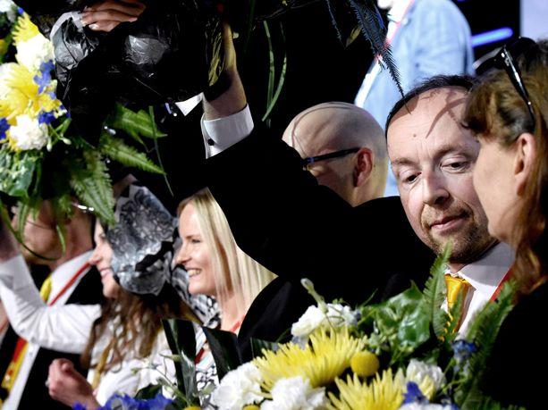 Puheenjohtajana jatkava Jussi Halla-aho katsoi hieman ihmetellen, kun tehtävänsä puoluesihteerinä Tampereen puoluekokouksessa jättänyt Riikka Slunga-Poutsalo ei nostanut saamiaan kukkia ilmaan muiden entisten ja nykyisen perussuomalaispomojen kanssa kokouspäivän päätteeksi. Slunga-Poutsalo oli tilanteessa selvästi liikuttunut.