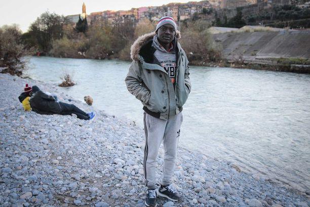 Darfurista Sudanista paennut Salah Baker Alam pitää Ranskan ja Italian rajalla sijaitsevaa Ventimiglian kaupunkia tukikohtanaan, josta monet yrittävät päästä Ranskan puolella.